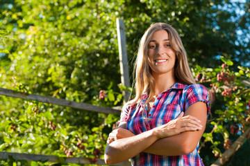 Glückliche Frau in ihrem Sommergarten