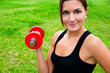 Mujer joven haciendo pesas