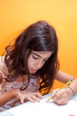 bambina fa i compiti di scuola