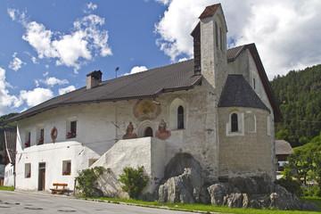 Bauernhof und Kapelle in Südtirol