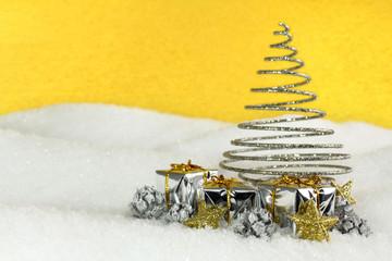 Sapin de noël en spirale et cadeaux sur la neige