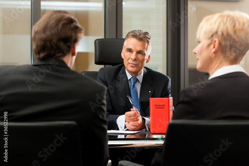 Anwalt oder Notar mit Mandanten in seinem Büro - 36522998
