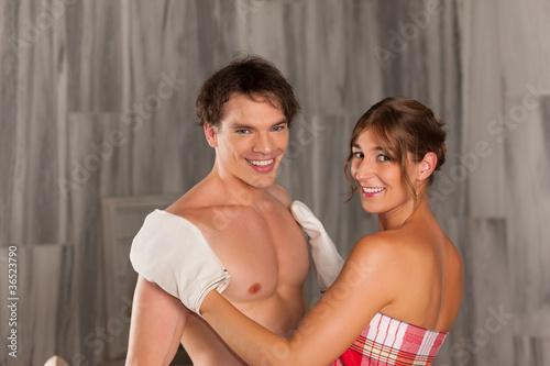 Wellness - Paar bei der Massage mit Reinigung