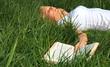 Attraktive Frau entspannt im hohen Gras