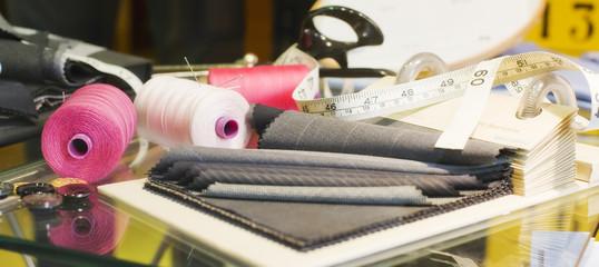 Tessuti, rocchetti, utensili sartoria