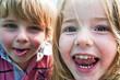 Kinder lachen.