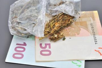 Bustine di marijuana con banconote