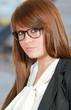 jeune femme portant des lunettes