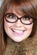 Jeune fille amusée portant des lunettes