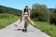 Jeune femme se promenant à vélo