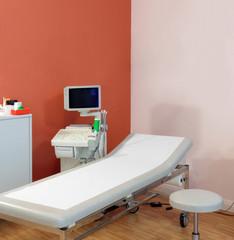 Untersuchungsplatz mit Ultraschallgerät in Arztpraxis