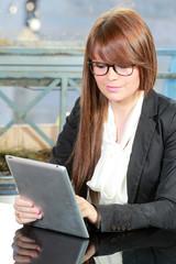 Jeune femme utilisant une tablette pc