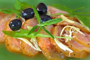 zbliżenie na carpaccio z oliwkami i parmezanem