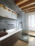 bagno moderno con doccia in mezzo al locale