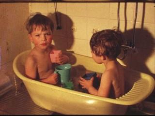 Kleinkinder baden (8 mm-Film)
