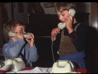 Kleinkinder telefonieren (8 mm-Film)