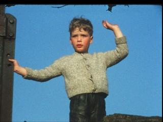 Junge winkt vom Berg (8 mm-Film)