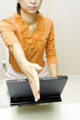 女性 握手 ビジネスシーン