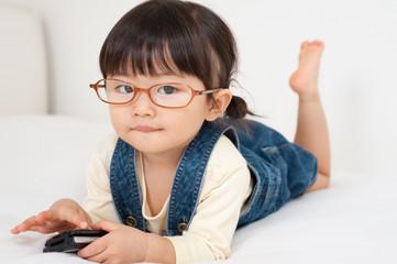 携帯電話を使う女の子