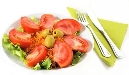 Piatto d'insalata con posate