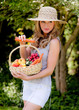 Obst und Gemüse im Korb mit Frau