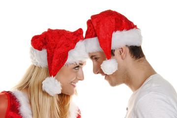 Paar zu Weihnachten mit Mützen