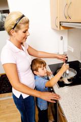 Frau in der Küche  mit Elektroherd