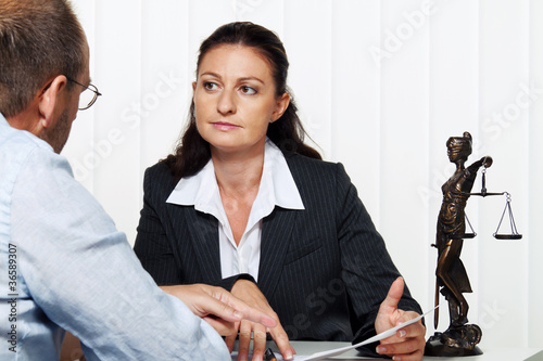 Unternehmerin liest einen Brief