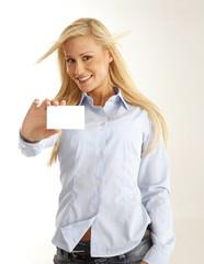 Giovane ragazza bionda con cartoncino bianco