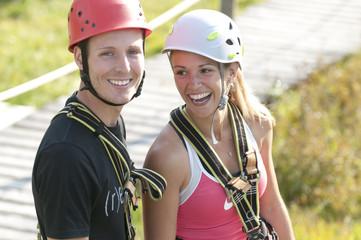 junges Paar hat Spass im Hochseilgarten