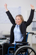 glückliche mitarbeiterin mit gehbehinderung