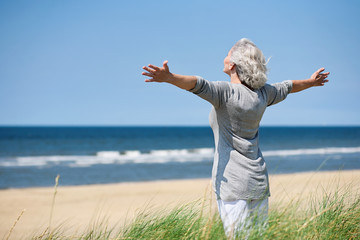 grauhaarige Frau am Meer