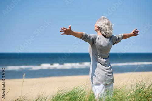 grauhaarige Frau am Meer - 36596340
