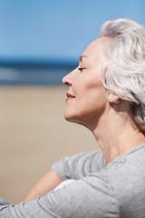 Nahaufnahme: attraktive Seniorin genießt das Meer