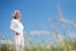 Leinwanddruck Bild - attraktive, grauhaarige Seniorin genießt das Meer