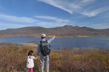 山と沼を眺める二人