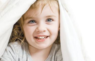 Viso di bambina mentre ride