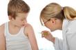 Kinderärztin impft Jungen