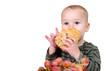Kleiner Junge isst Brötchen