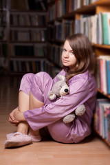 The girl in pink pajamas in the library