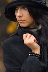 ragazza mora vestita in nero con cappello
