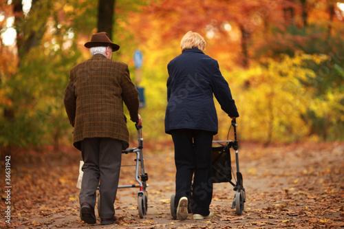 canvas print picture Rentnerpaar im Herbst