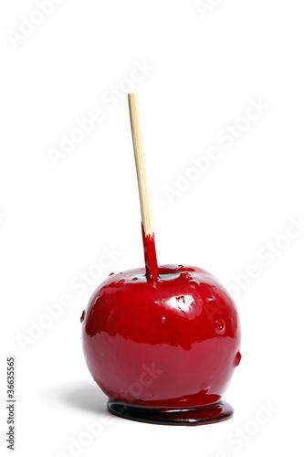 Kandierter Apfel am Stiel auf weißem Untergrund