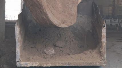 экскаватор грузит землю в грузовик