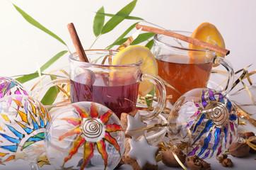 Weihnachten: Tee mit Weihnachtsgebäck und Christbaumkugeln