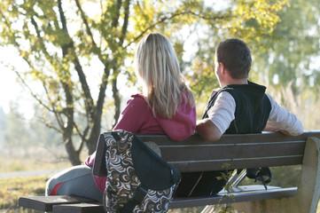 Paar genießt den sonnigen Herbsttag