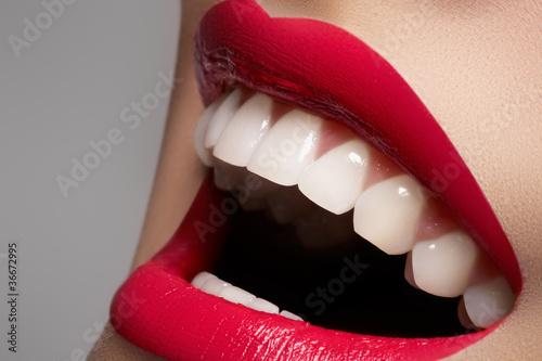 Close-up glückliches weibliches Lächeln mit den gesunden weißen Zähnen