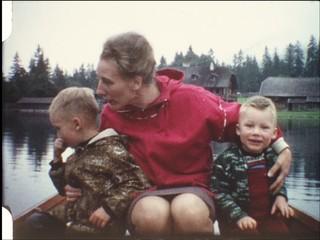 Mutter mit Kindern im Ruderboot (8 mm-Film)