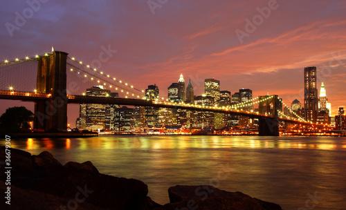most-brooklynski-z-linia-horyzontu-przy-noca