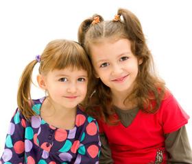Coppia di sorelline abbracciate